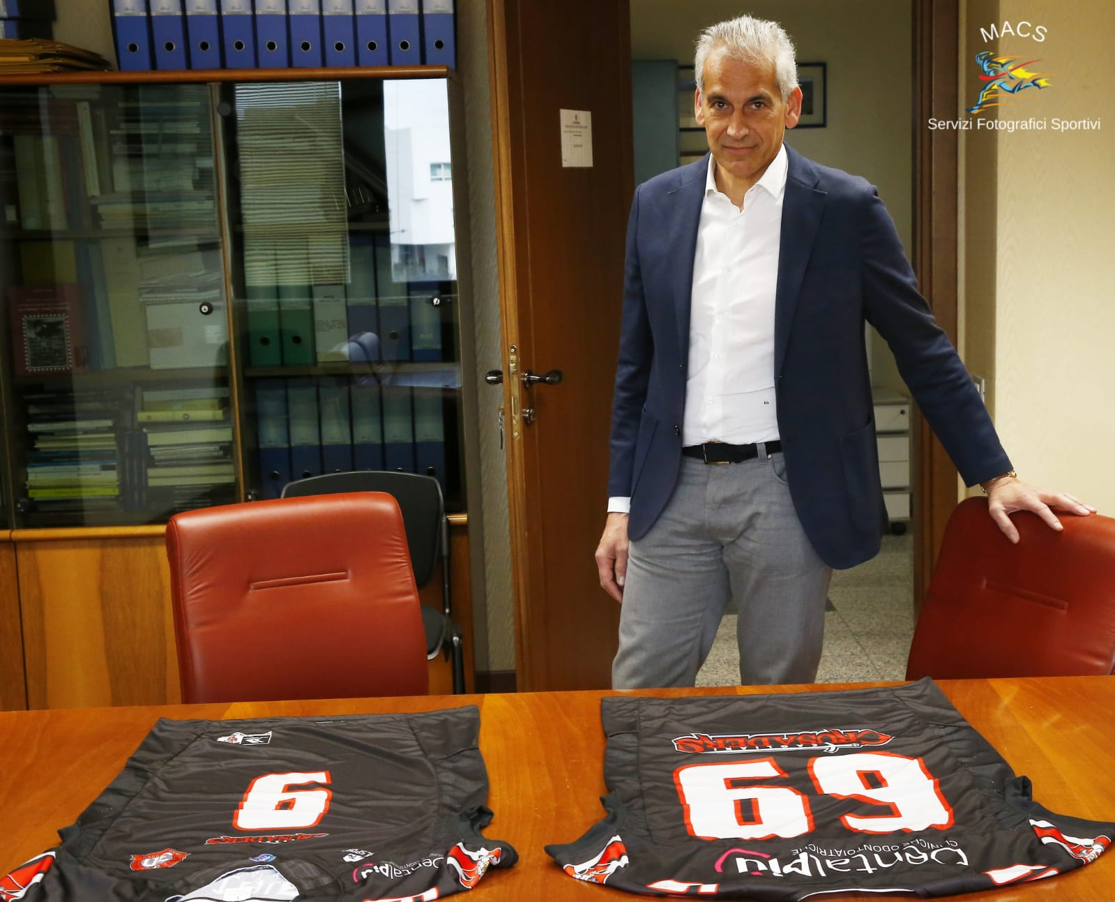 Il presidente dei Cru Emanuele Garzia posa con le maglie